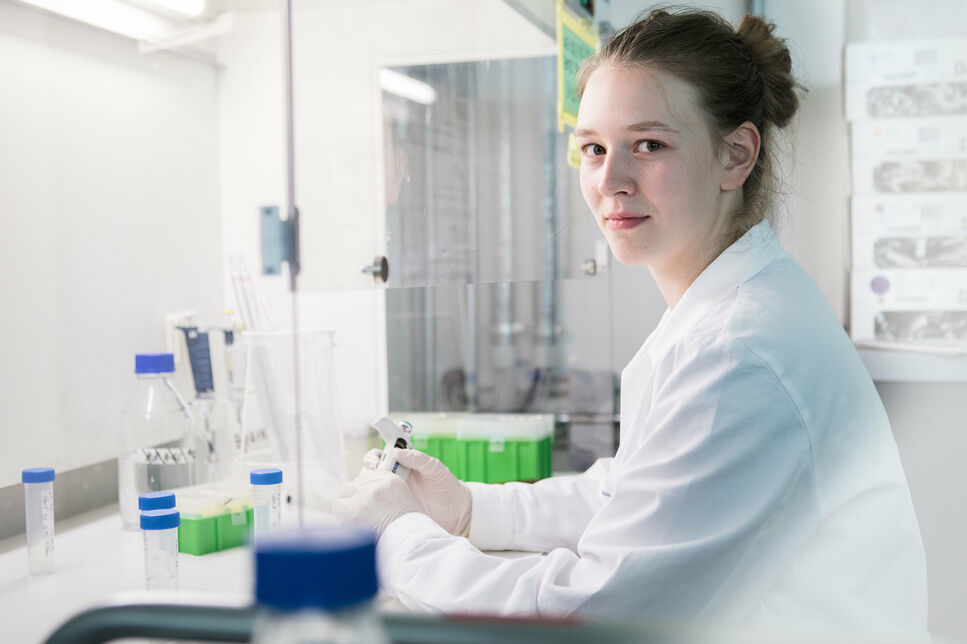 BRAIN trainee Franka Suhr works in the laboratory