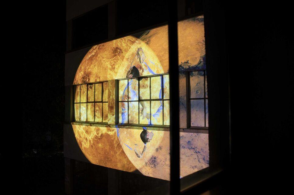 BRAIN Bauhaus Event, Lichtkunstprojektion Moving Mitosis der Künstlerin Helga Griffiths
