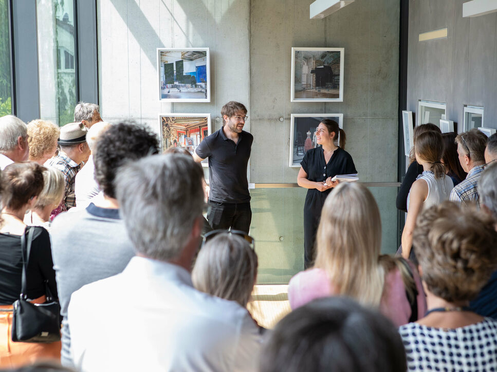 Curator Elena Reiner in conversation with photographer Malte Sänger during the Kunst Privat guided tour 2019