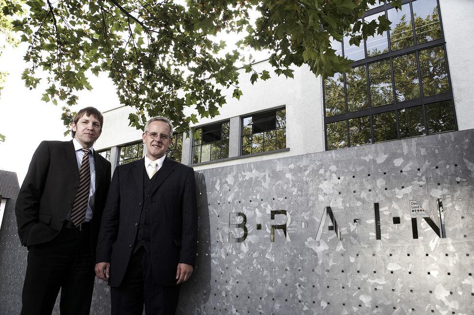 Der gemeinsame BRAIN-Vorstand Dr. Jürgen Eck, CTO (l) und Dr. Holger Zinke, CEO (r) vor dem BRAIN Hauptgebäude.