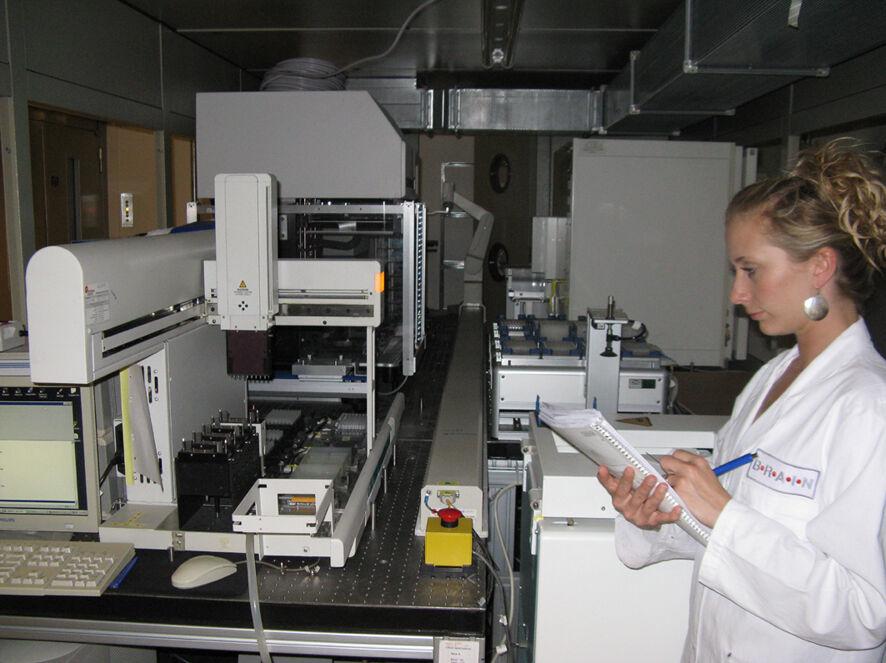 Screening nach optimierten mikrobiellen Stämmen zur Produktion von funktionellen Kohlenhydraten. In der Screening Anlage von BRAIN können me