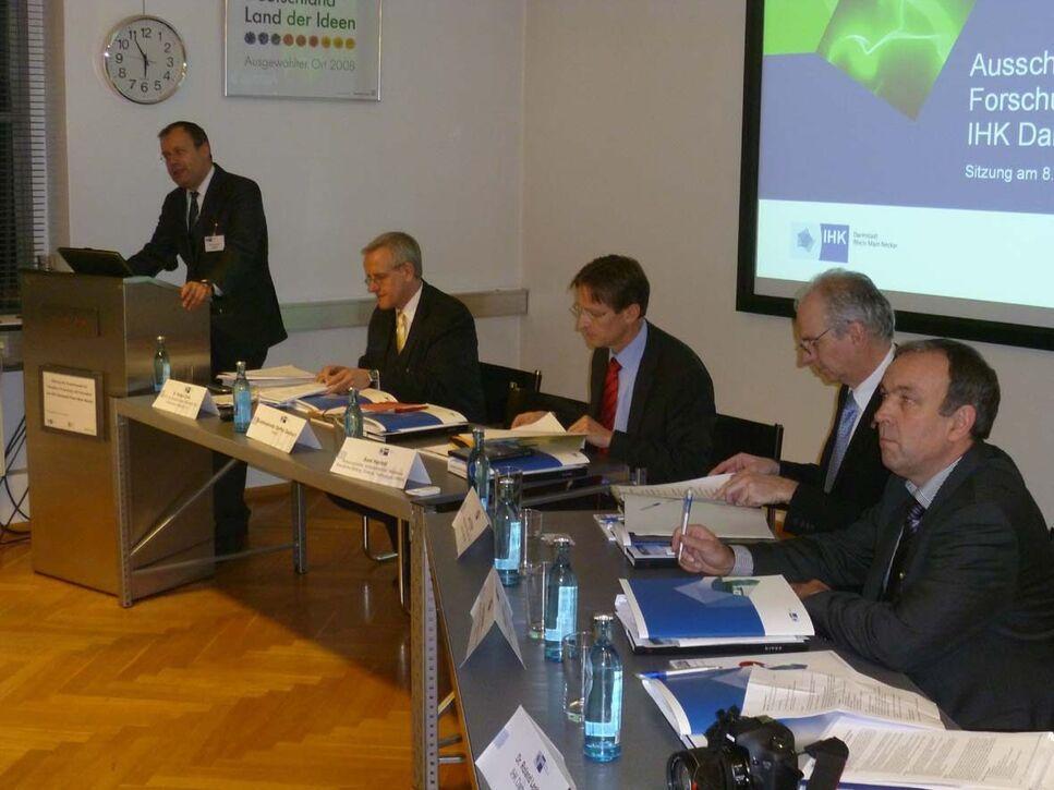 Podium anlässlich der Industrieausschuss-Sitzung der IHK Darmstadt bei BRAIN. Vlnr: Staatsekretär des Hessischen Wirtschaftsministeriums, St