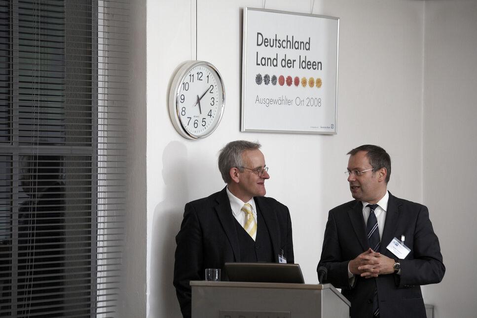 Dr. Holger Zinke, CEO der BRAIN AG und Vorsitzender des IHK Industrieausschusses im Dialog mit Staatssekretär Saebisch.
