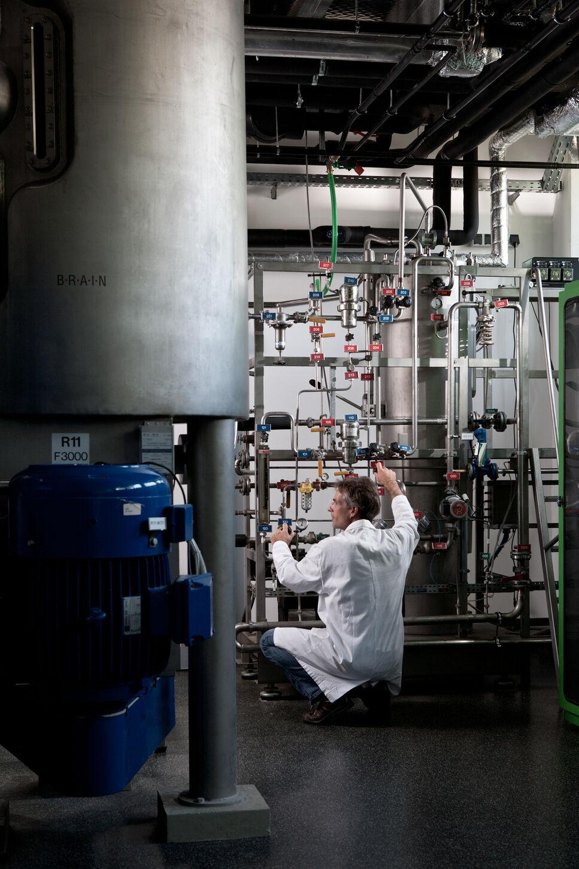 Industrielle Skalierung von biotechnologischen Herstellprozessen von Wirkstoffen und bioaktiven Spezialitäten.