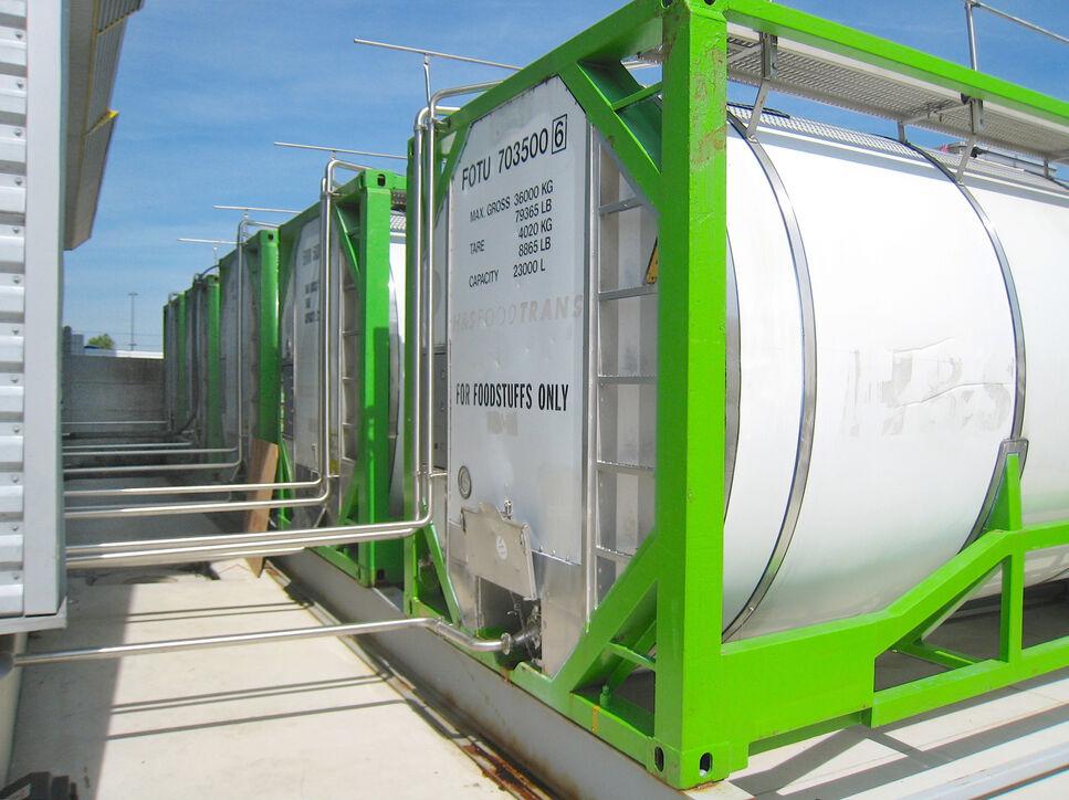 Enzym-Tanks bei WeissBioTech, aus denen kundenspezifisch die prozessrelevanten Enzym-Mischungen und Formulierungen hergestellt werden.
