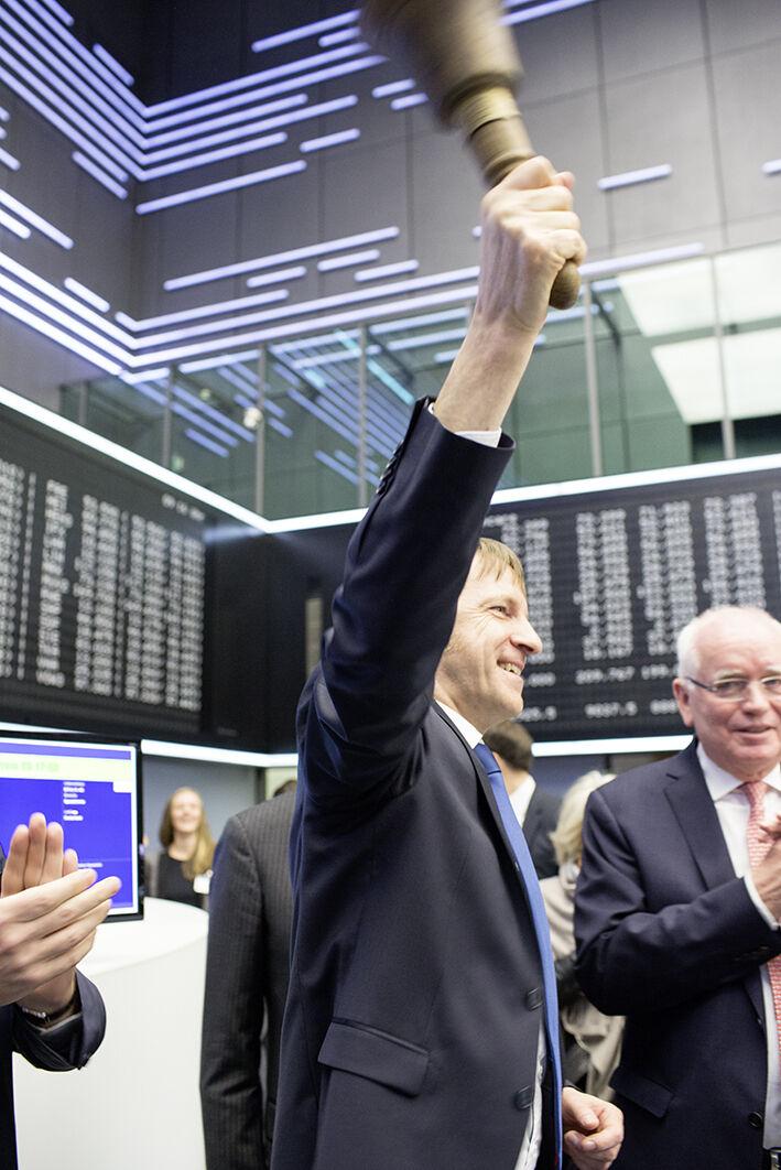 Der CEO der BRAIN AG, Dr. Jürgen Eck beim Einläuten des ersten Aktienkurses.